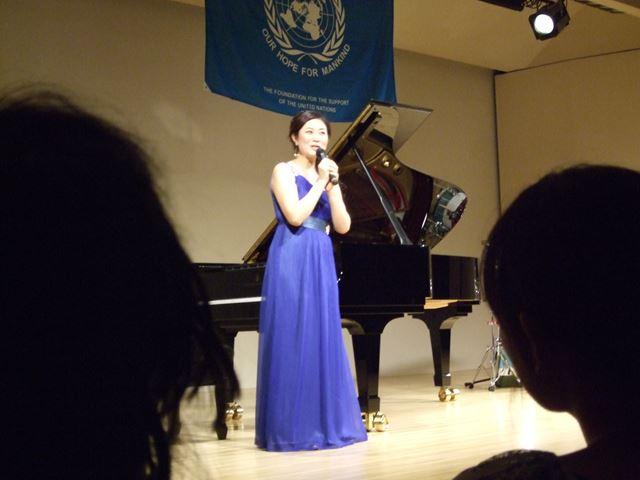 演奏前に軽くお話をしてくださる寺田さん。お綺麗でした~。
